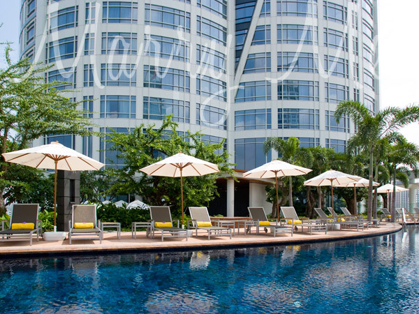 Poolside-centara-grand-Thailand