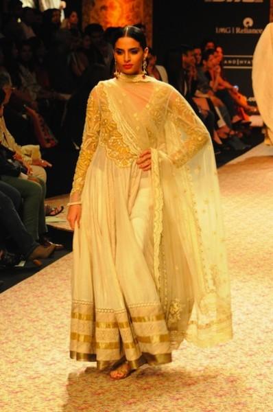 Model  Ritu Kumar lehenga