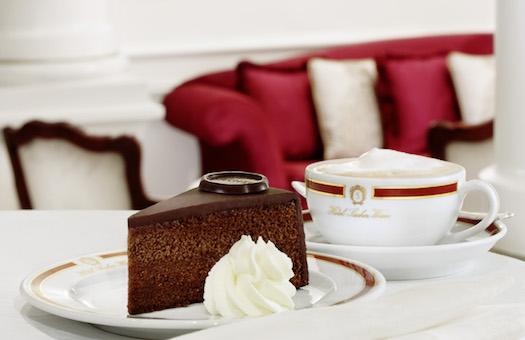 Original Sacher-Torte serviert